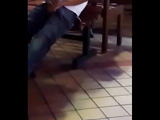 Flagra de pau Duro no restaurante