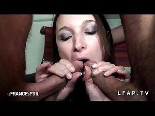 Petite brunette ultra hot se fait ramoner le cul dans un plan A trois
